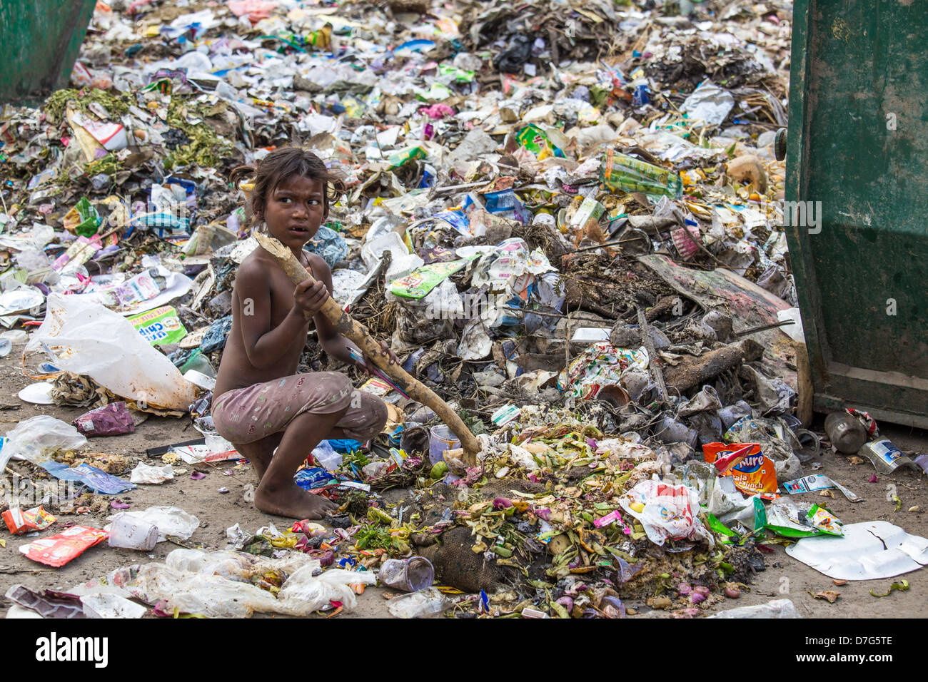 Young girl scavenging for scraps in the garbage, Delhi, India - Stock Image