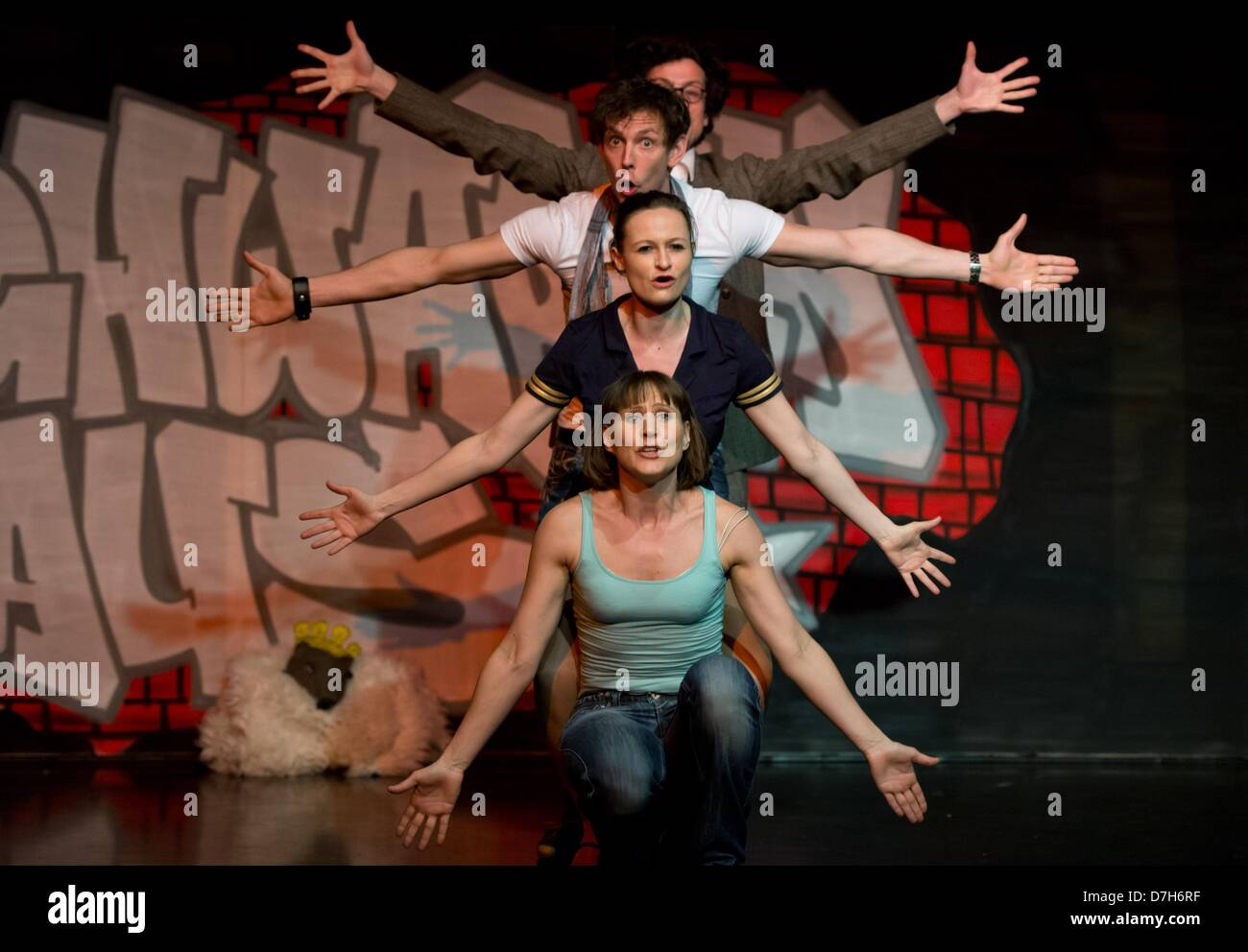 Berlin, Germany. 7th May 2013. Actors (front-back) Inka Pabst, Susanne Theil, Gideon Rapp and Mattis Nolte perform - Stock Image