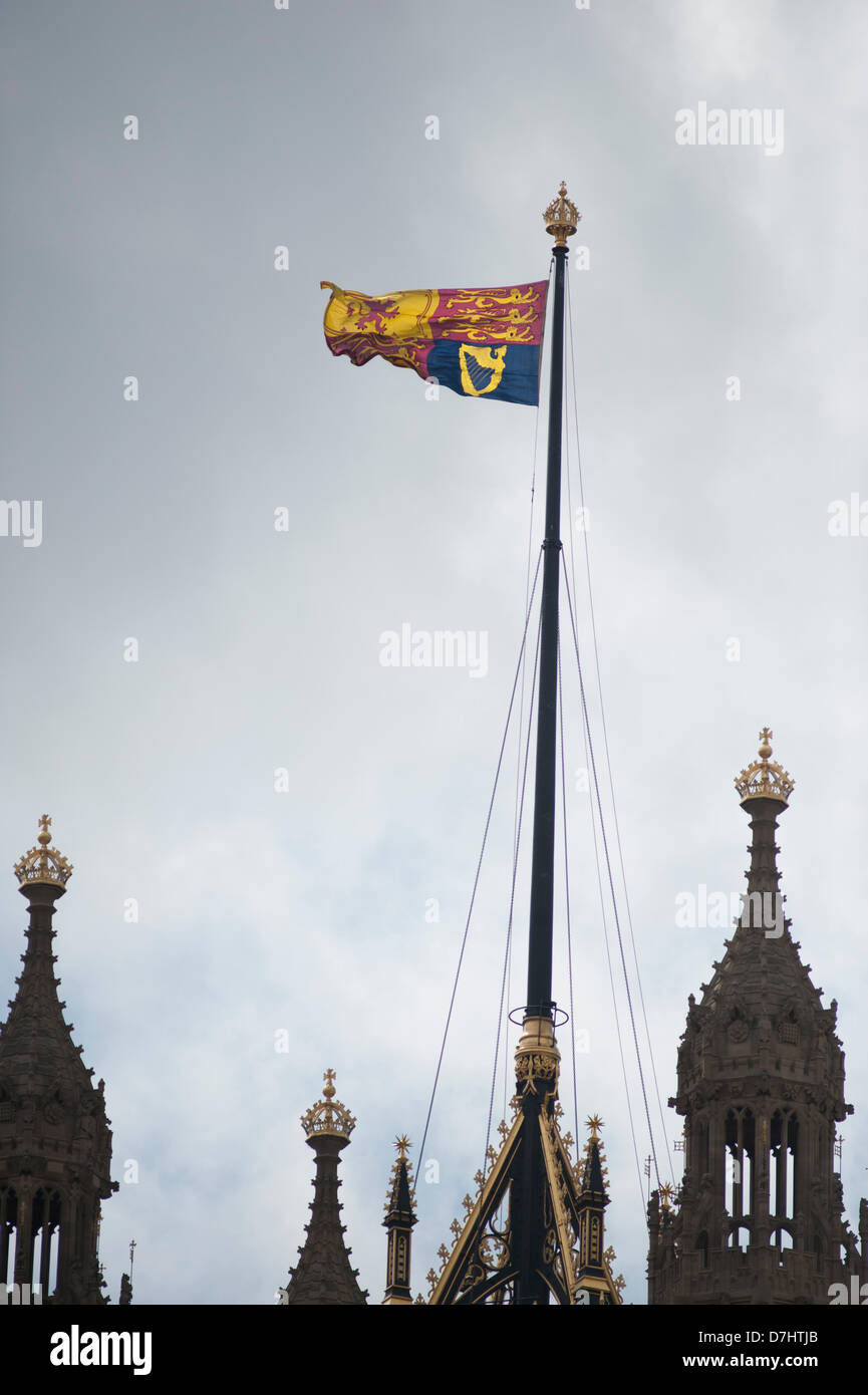 London, UK. 8th May 2013. The Royal Standard hangs over the Houses of Parliament during the Queens Speech at the - Stock Image