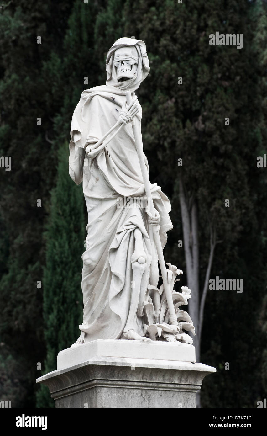 The English Cemetery, Florence, Italy. A sculpture of blindfolded Death, the grim Reaper, with his scythe - Stock Image