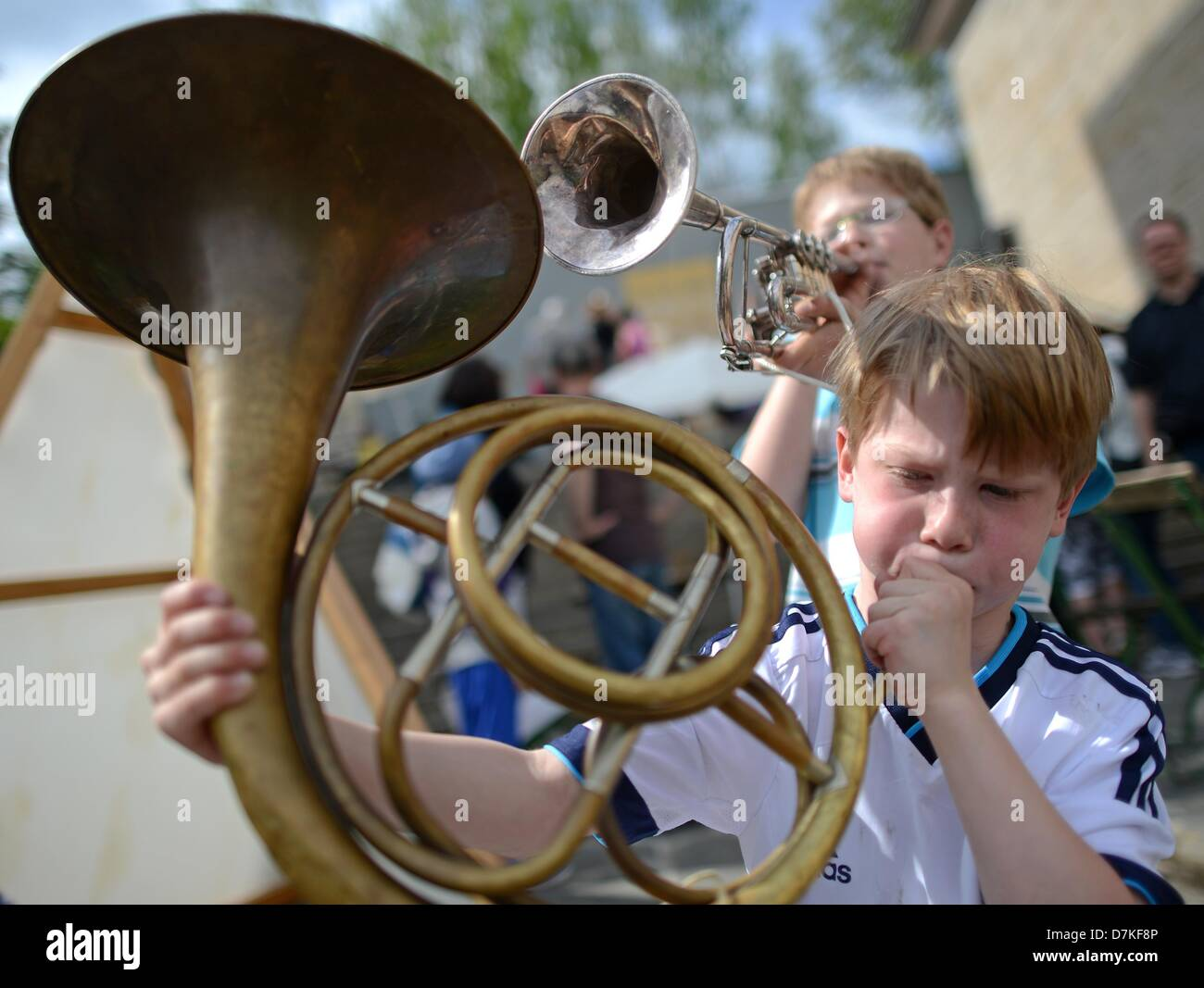 Students Erik and Bastian (front) try instruments from the Mozart Society at the 5th Deutsches Musikfest (German - Stock Image