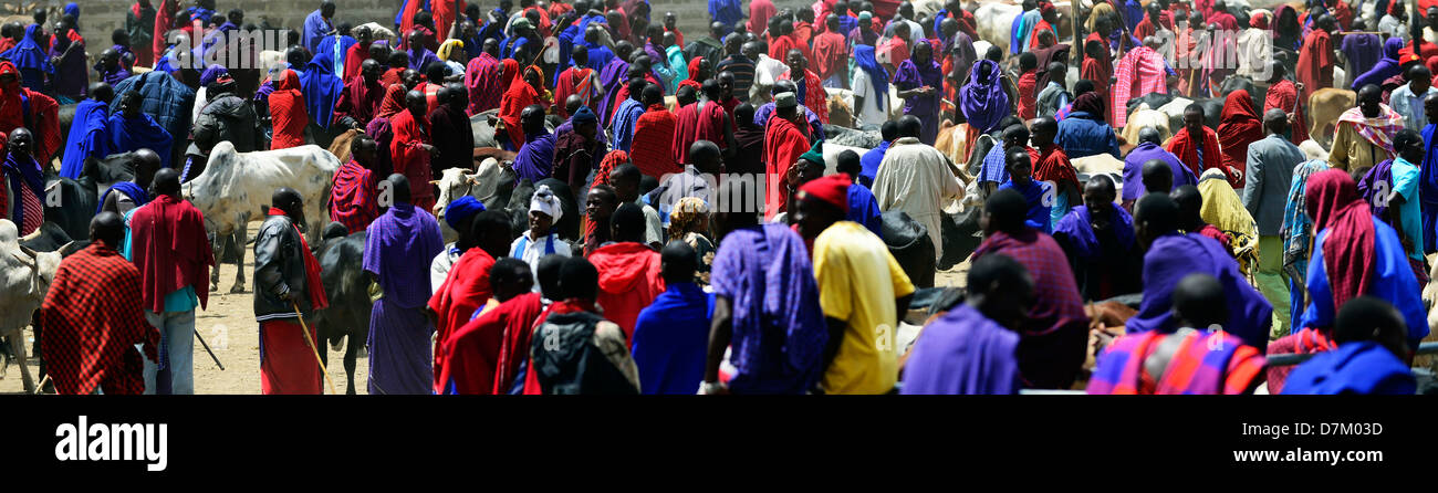 Red & Blue. - A colorful Masai cattle market in Tanzania. - Stock Image