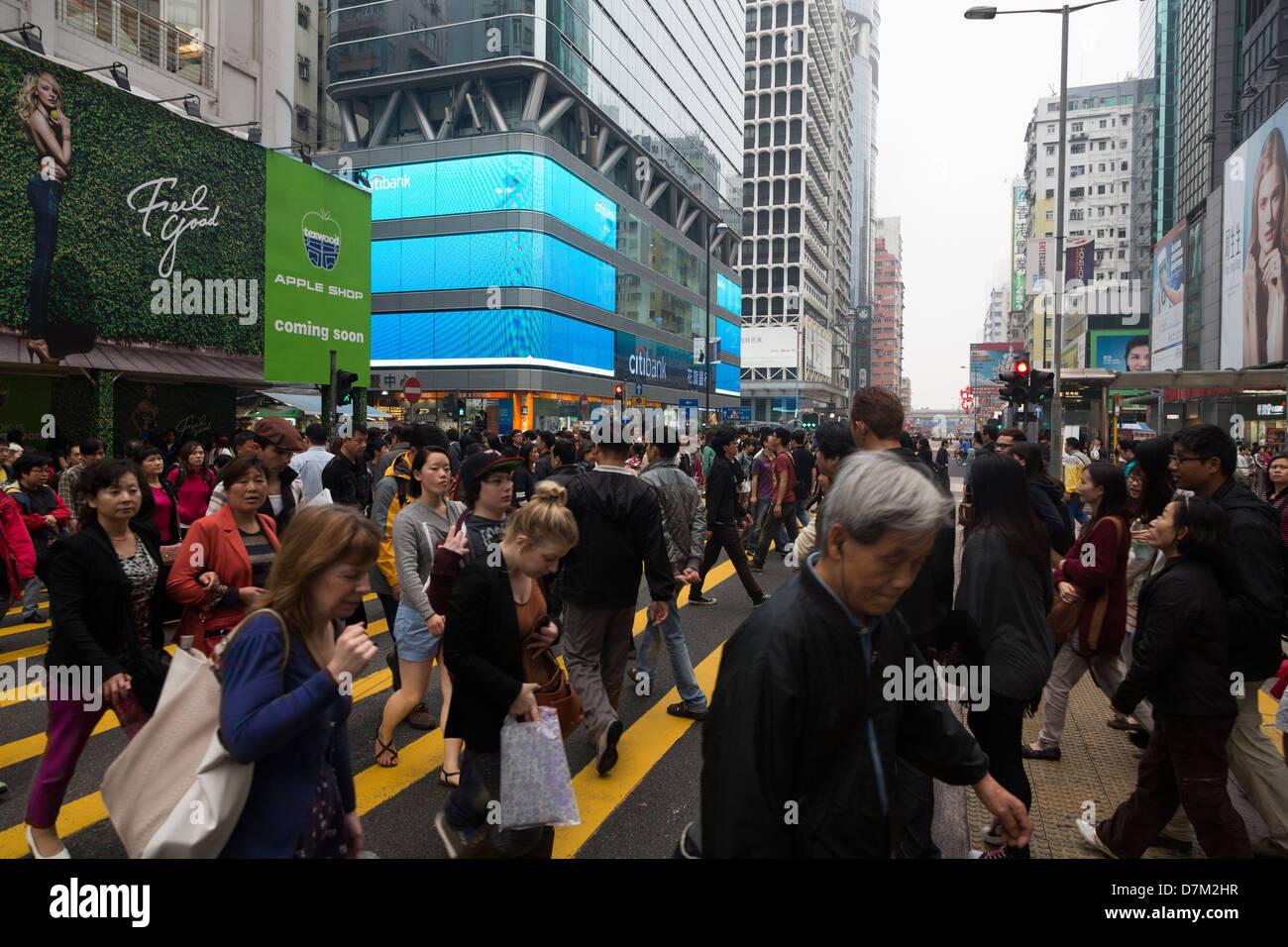 Busy street crossing in Mong Kok, Kowloon, Hong Kong - Stock Image