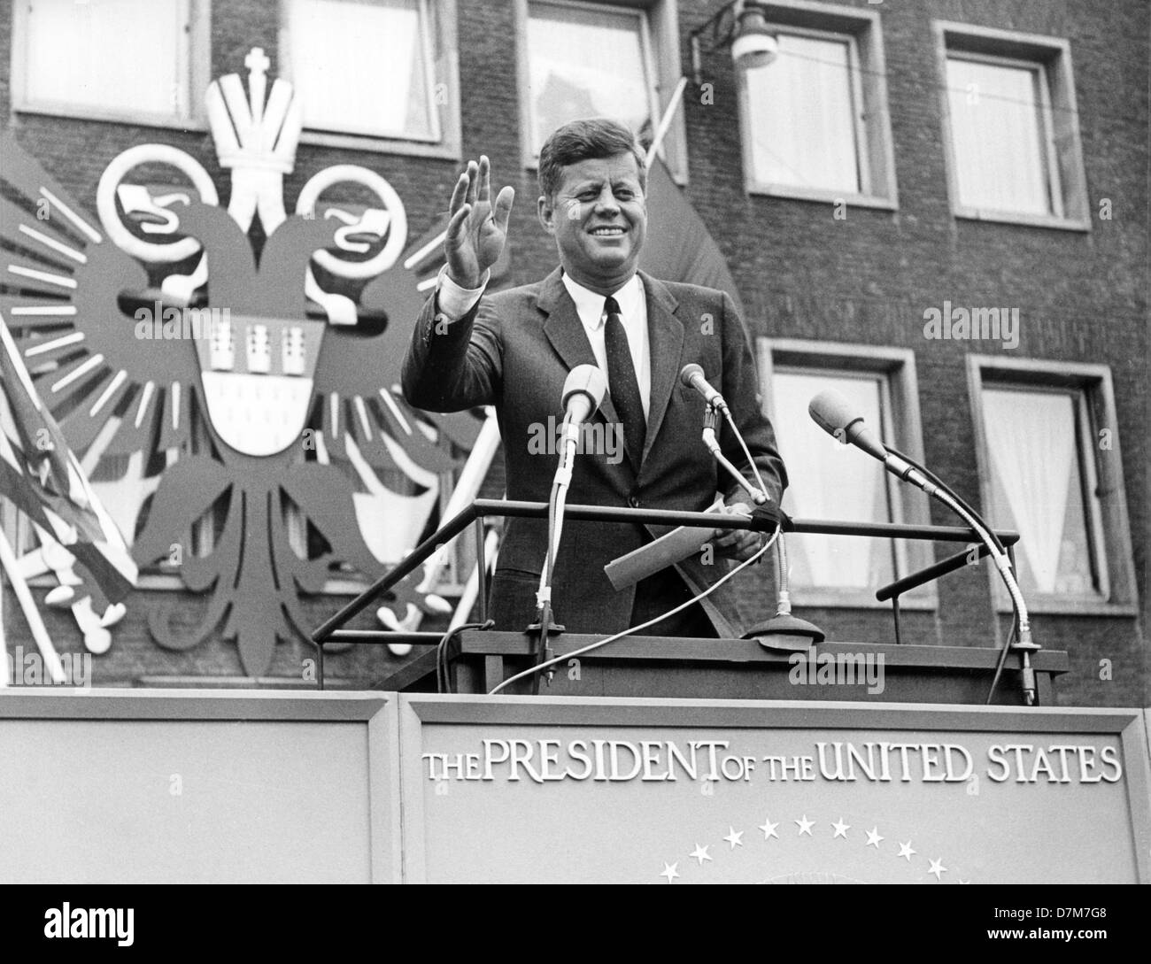 US President John F. Kennedy is waving to an excited crowd of people in front of the city hall in Cologne, on 23 - Stock Image