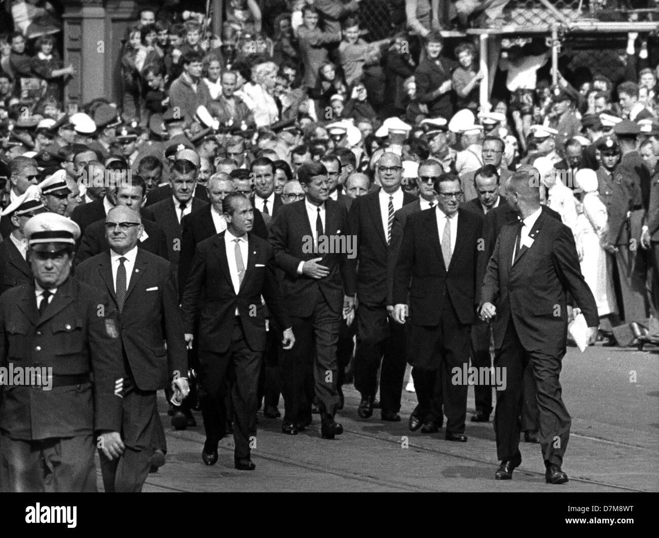 US president John F. Kennedy (M) in Frankfurt on 25 June 1963. Stock Photo