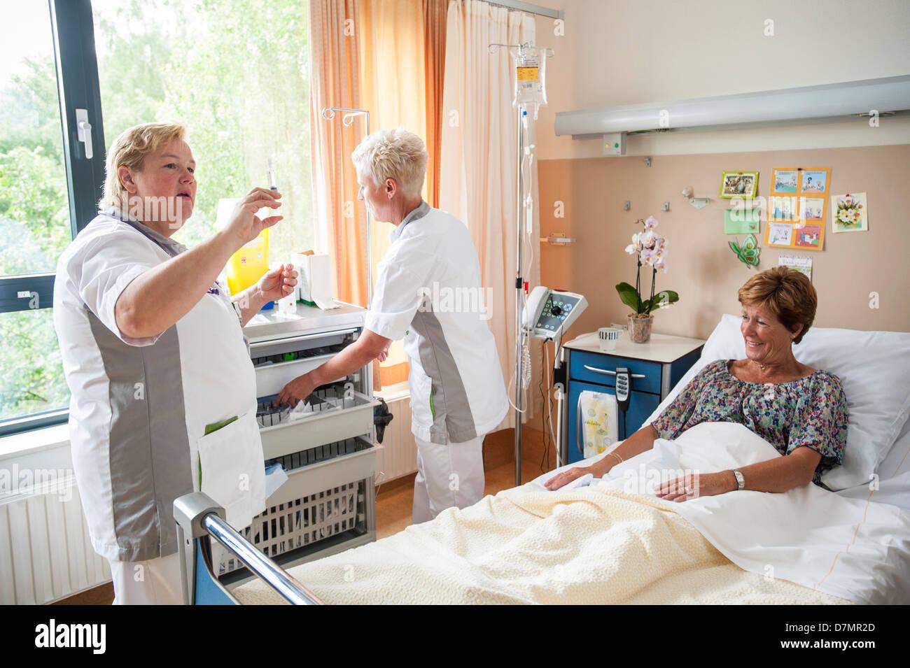 Nurses preparing medication - Stock Image