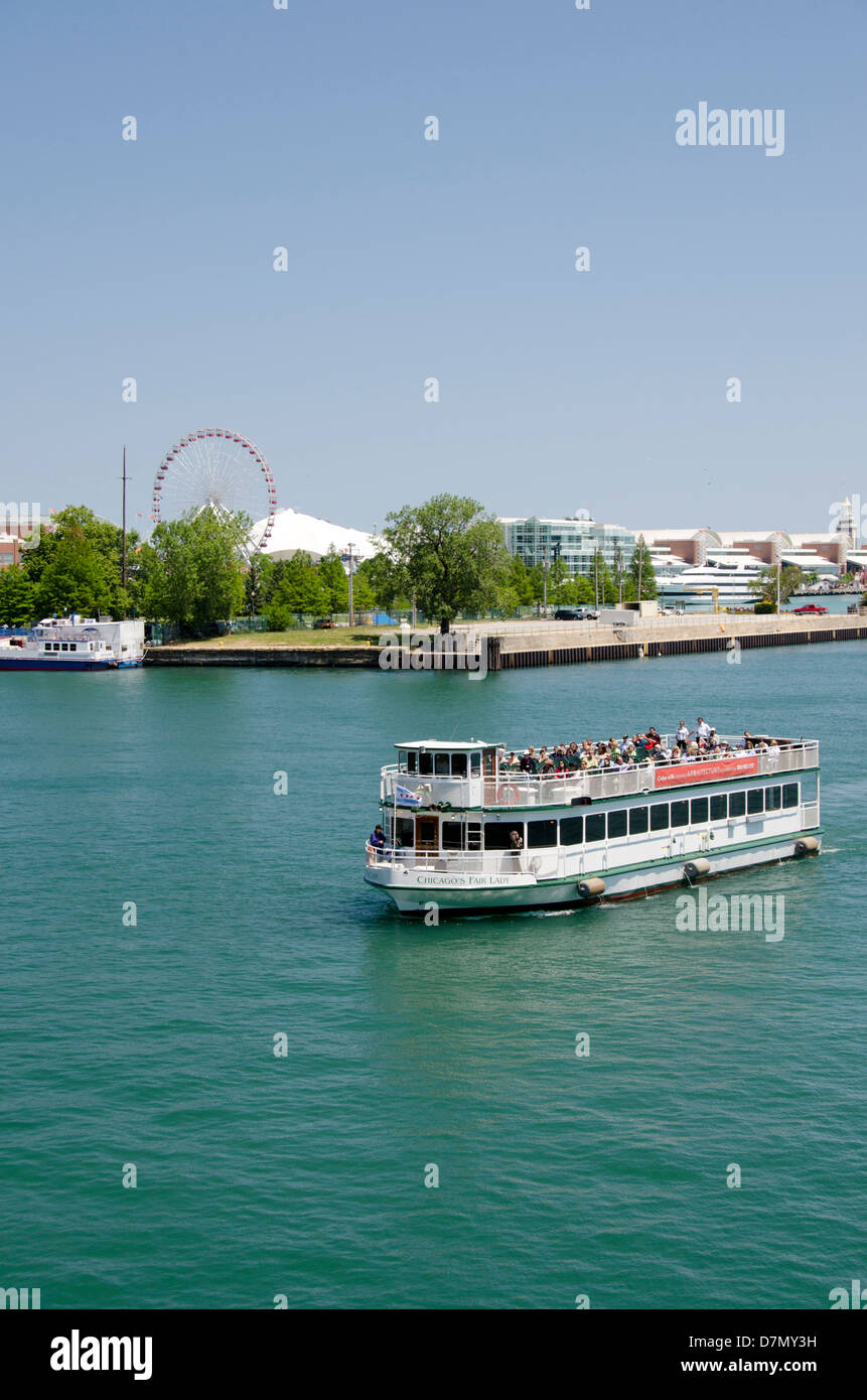 Illinois, Chicago. Sightseeing tour boat in front of Navy Pier along Lake Michigan. - Stock Image