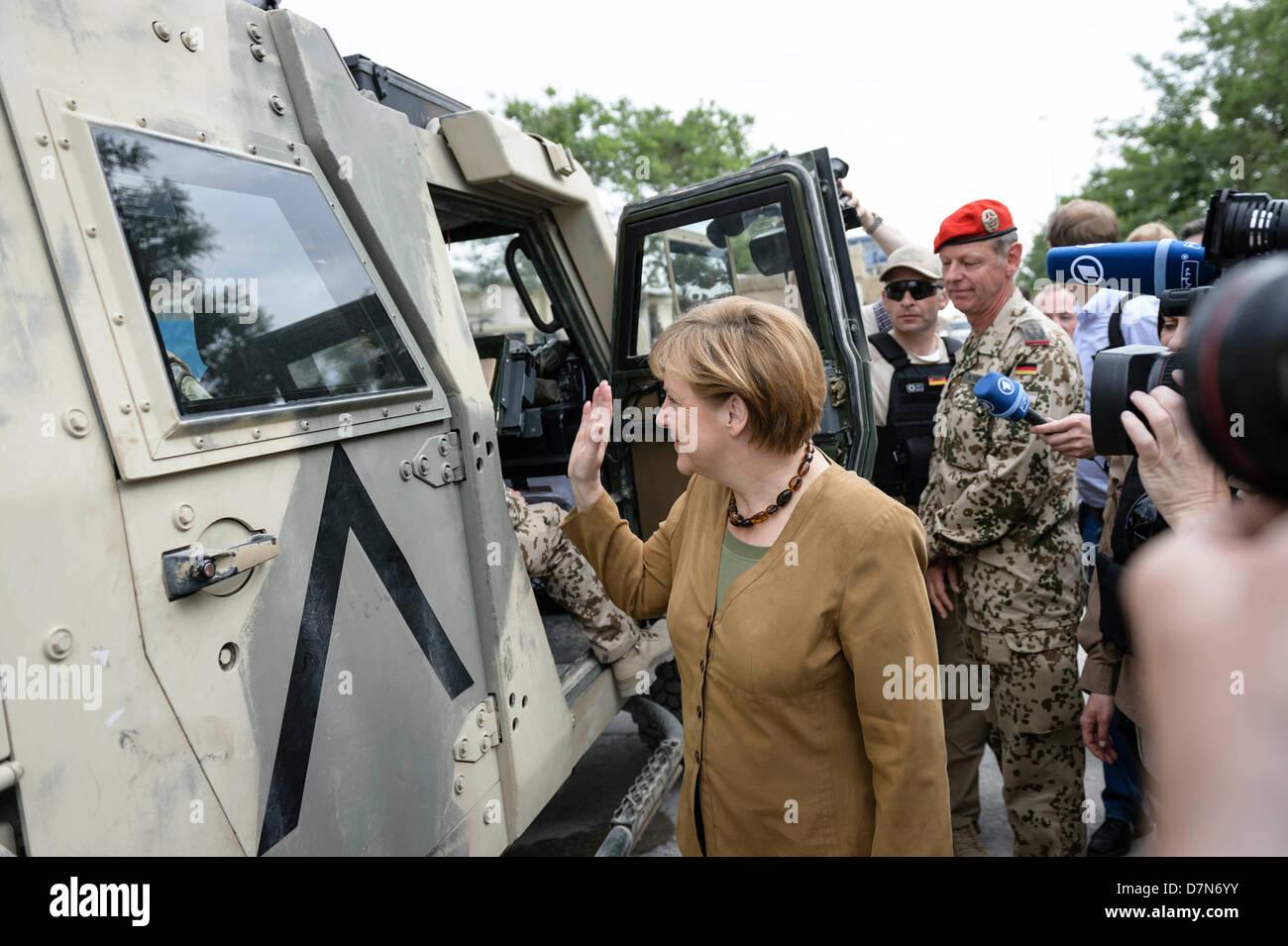 Die deutsche Bundeskanzlerin Angela Merkel bei einem Rundgang in Afghanistan auf dem Gelände des Bundeswehr Feldlagers am 10.05.2013 in Kundus. Foto: Bundesregierung/Ole Krünkelfeld Stock Photo