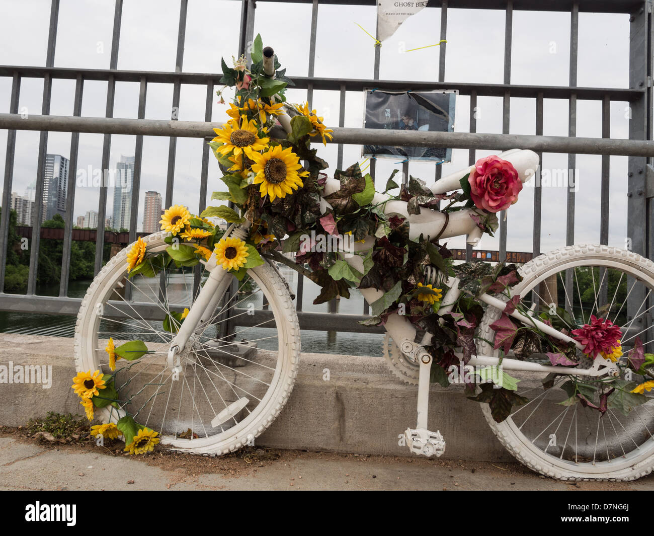 White Ghost Bike in Austin, Texas memorializes those killed while commuting on a bicycle - Stock Image