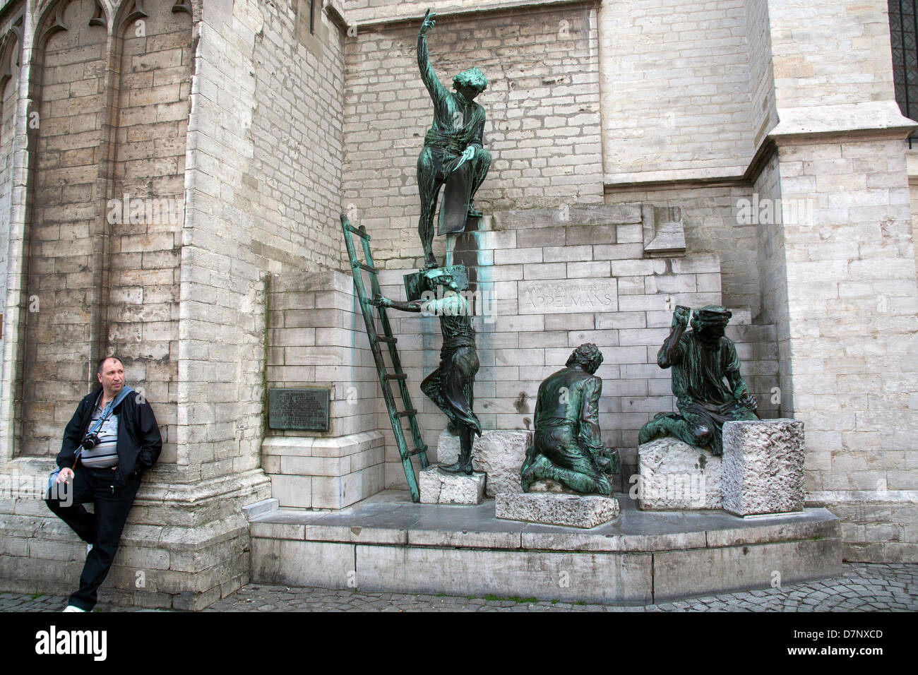 Statue of stonemasons working on the construction of the cathedral, Cathedral of Our Lady, Antwerp - Stock Image