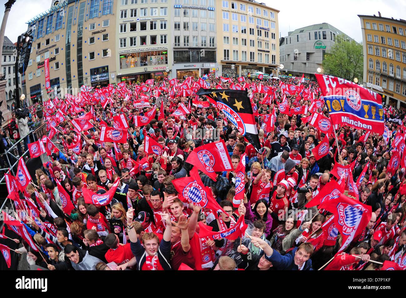 Zahlreiche Fans des FC Bayern München feiern am 11.05.2013 in München (Bayern) vor dem Rathausbalkon. - Stock Image