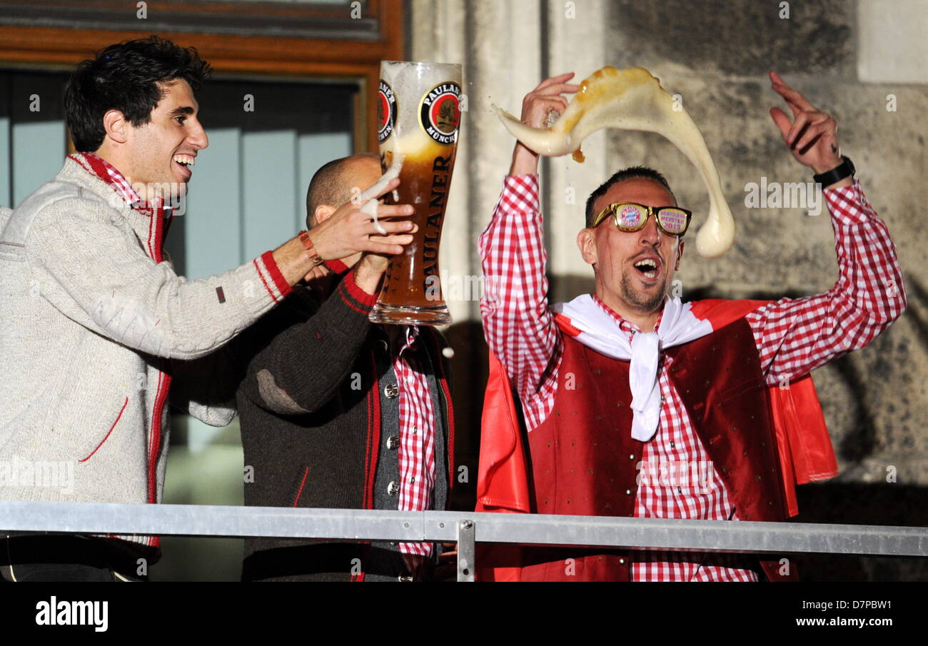 Players of Bundesliga soccer club Bayern Munich, Javier Martinez (L-R) and Arjen Robben, slosh some beer towards - Stock Image