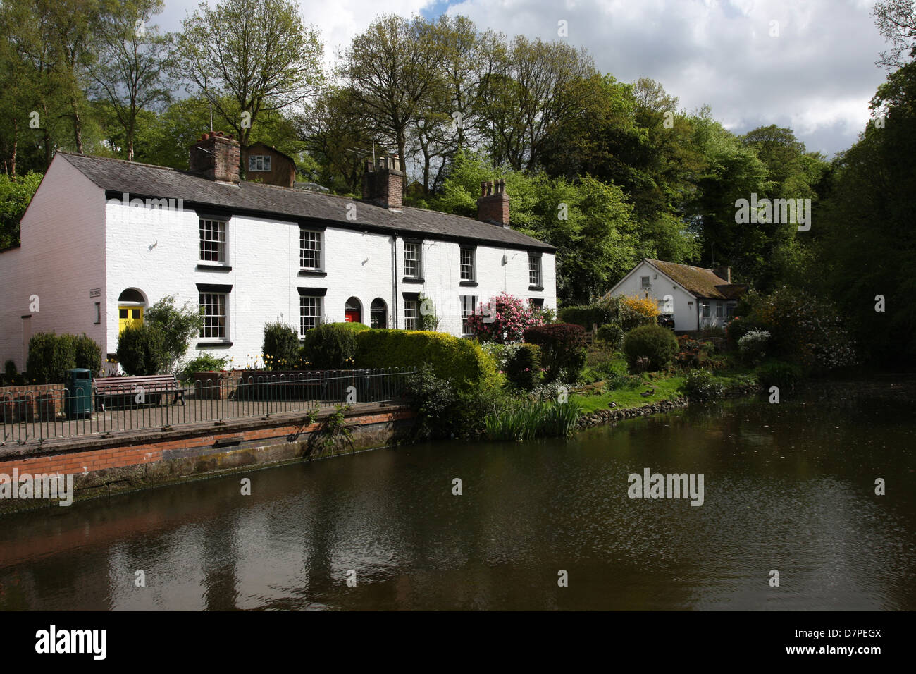 An attractive row of cottages in the Cheshire village of Lymm, Cheshire England. - Stock Image