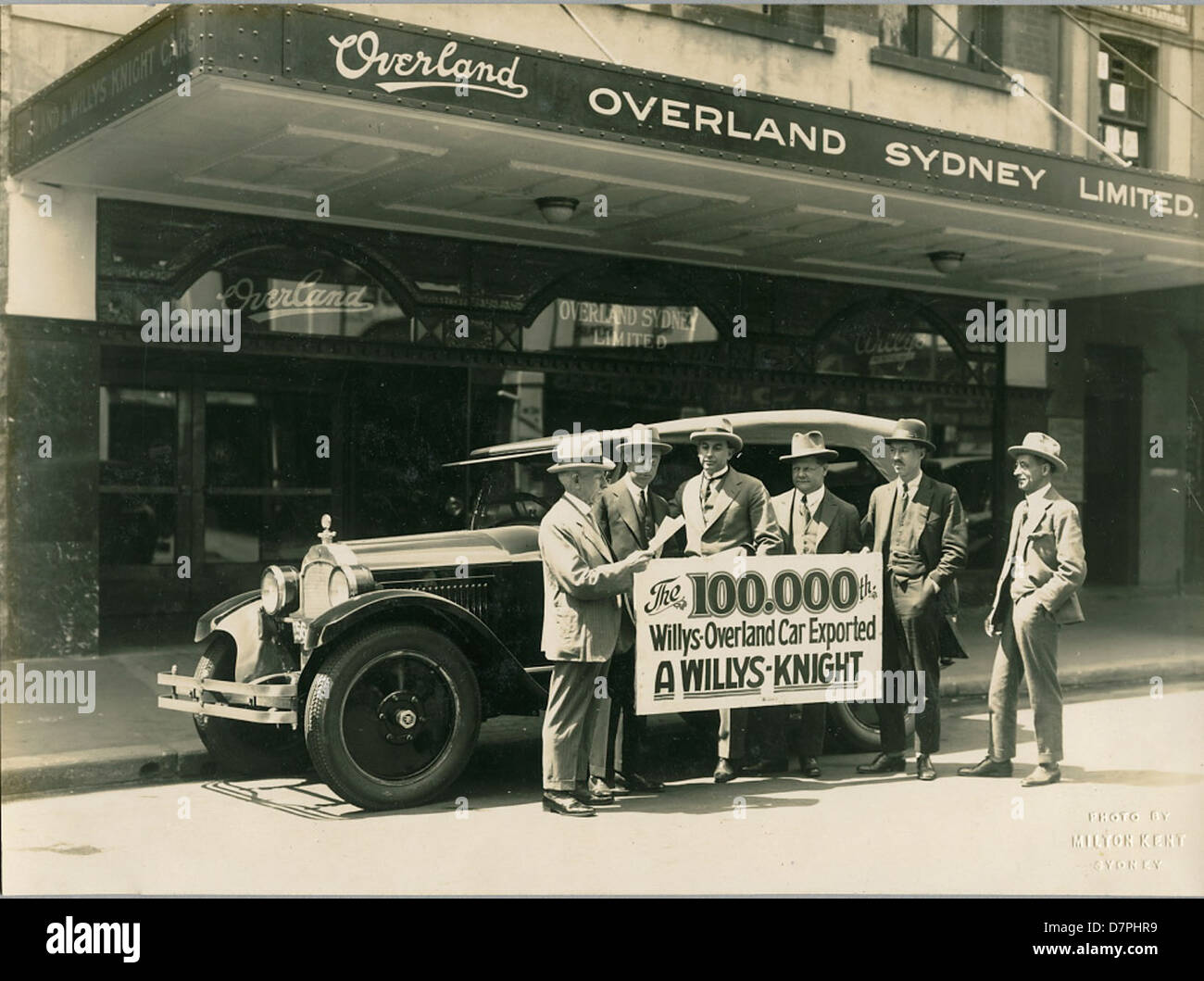 The 100,000th Willys-Overland exported car, outside Overland Sydney Ltd office, 1920 - 1929 - Stock Image