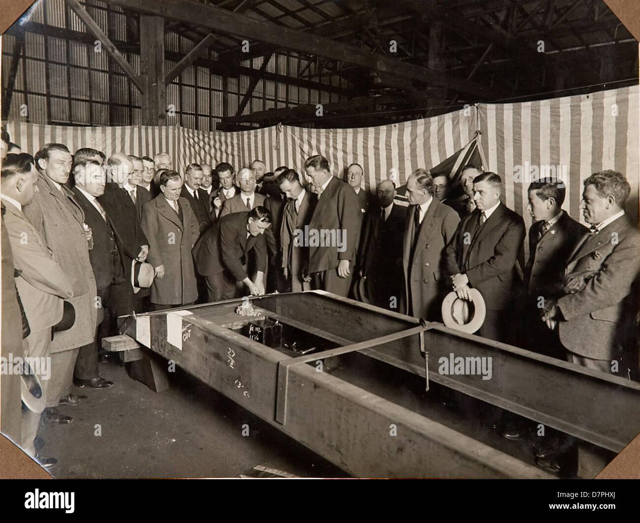 Men inspecting the frame of the car 'F.H. Stewart Enterprise', 1926 - 1936 - Stock Image