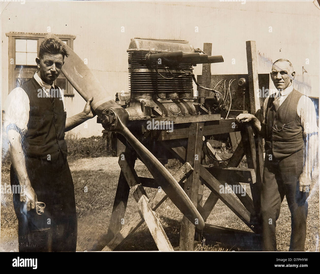 Don Harkness and unidentifed man with hydroglider engine, 1923 - 1933 - Stock Image