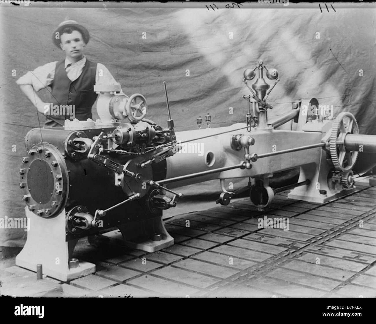 Worker with horizontal corliss steam engine - Stock Image