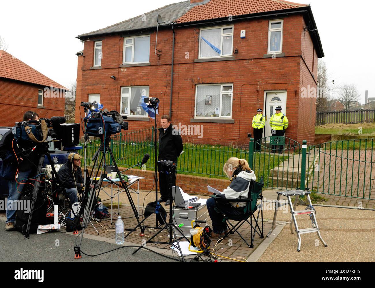 TV crews outside the home of Karen Matthews in Dewsbury, West Yorkshire, mother of Shannon Matthews. - Stock Image