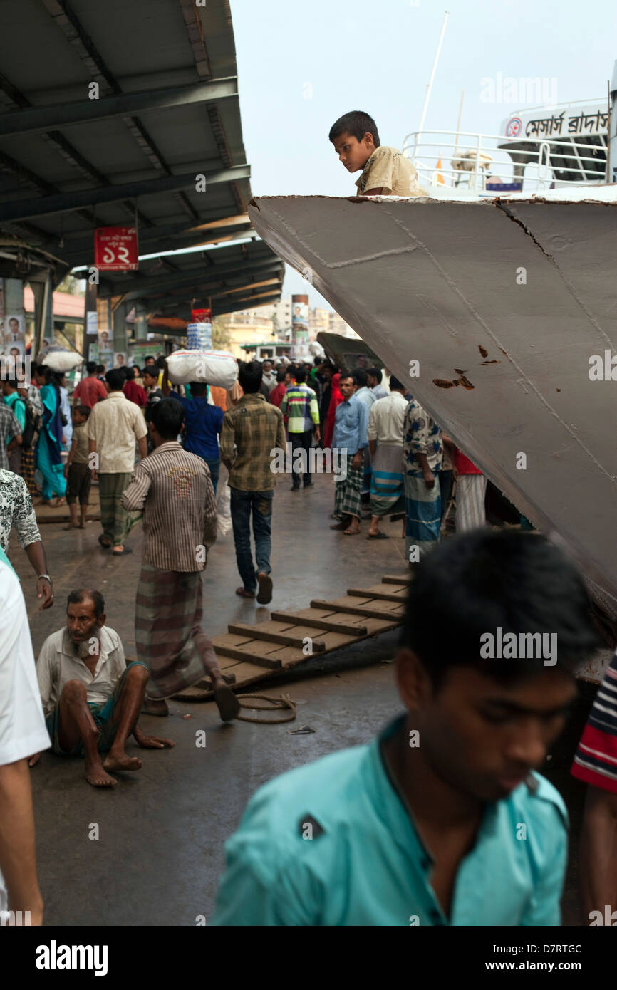 People crowding the quayside at Sadarghat, Dhaka, Bangladesh - Stock Image