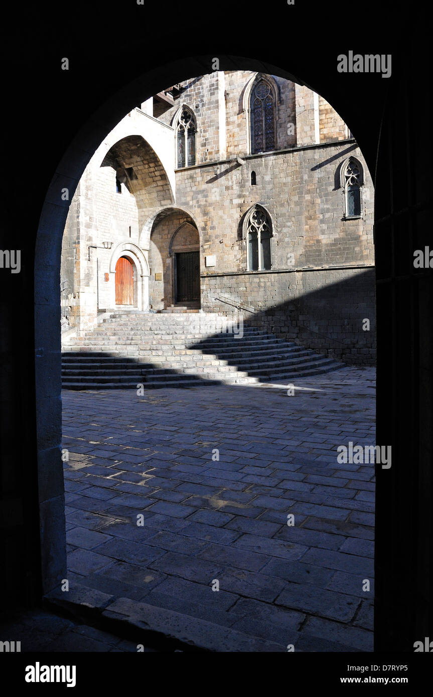 Barcelona, Catalonia, Spain. Barri Gotic / Barrio Gotico. View of Placa del Rei through arch from Palau del Lloctinent - Stock Image