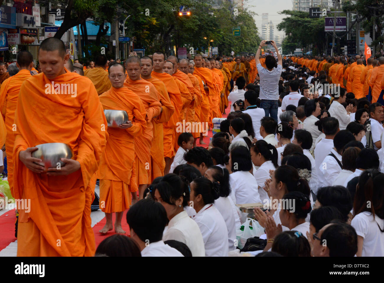 2555 monks gather in Soi 55, Sukhumvit Road to mark the end of Buddhist year 2555, Bangkok, Thailand, Southeast - Stock Image