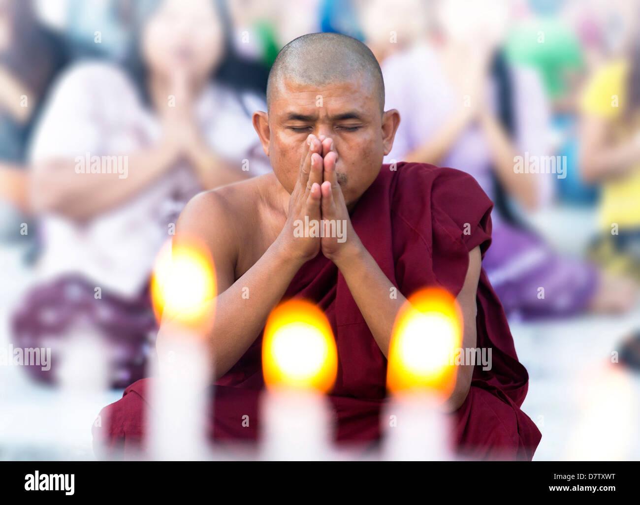 Buddhist monk praying at Shwedagon Paya (Shwedagon Pagoda), Yangon (Rangoon), Burma - Stock Image