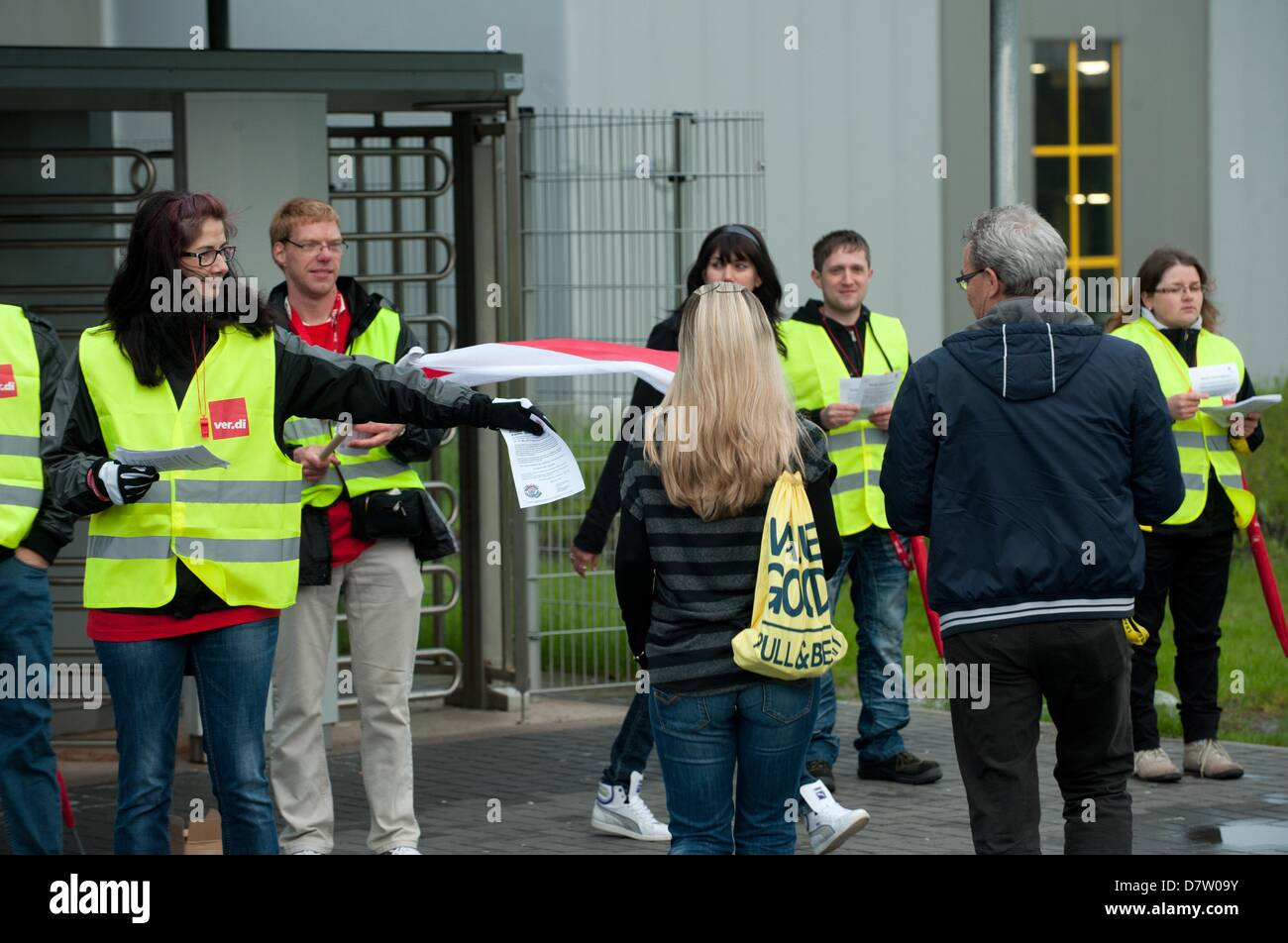 Bad Hersfeld, Germany, 14 May 2013. Trade unionists hand out leaflets to employees while other employees of online - Stock Image