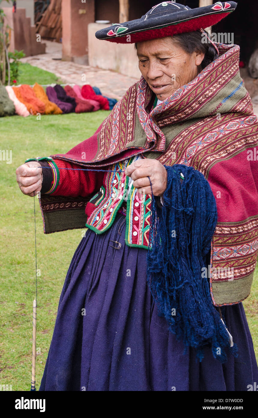 Inca woman spins yarn in Chinchero, Peru, South America - Stock Image