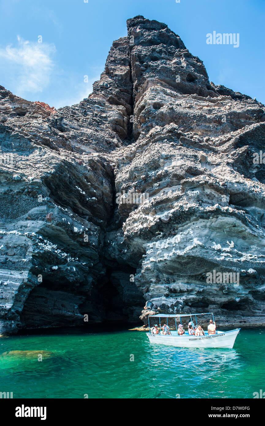 Tourist boat in front of a sea cave at Isla Espiritu Santo, Baja California, Mexico - Stock Image
