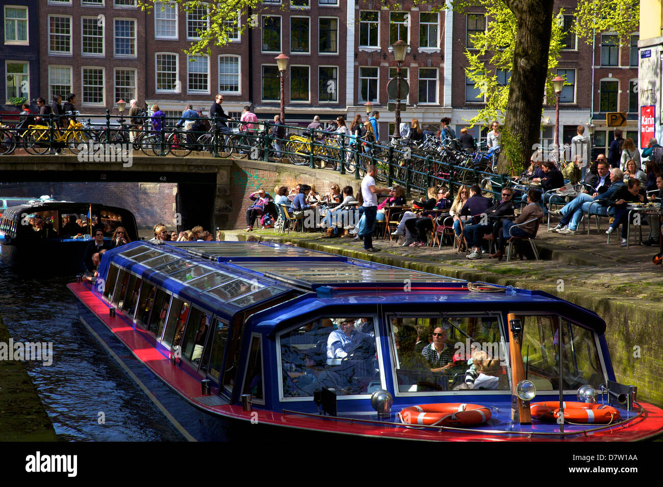 Tourist boat on Leliegracht, Amsterdam, Netherlands - Stock Image