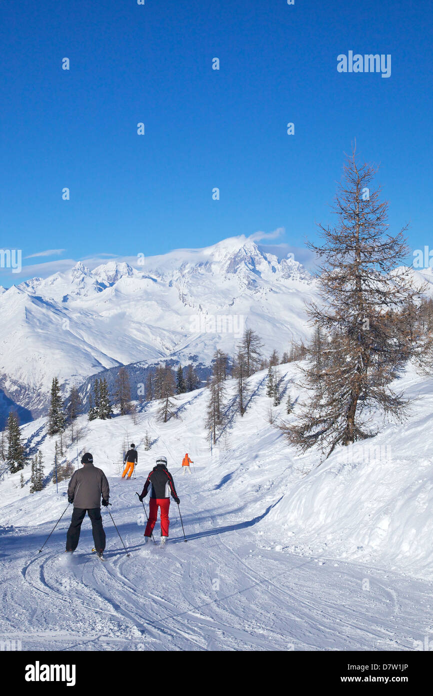 La Foret blue piste and Mont Blanc behind, Peisey-Vallandry, Les Arcs, Savoie, French Alps, France - Stock Image