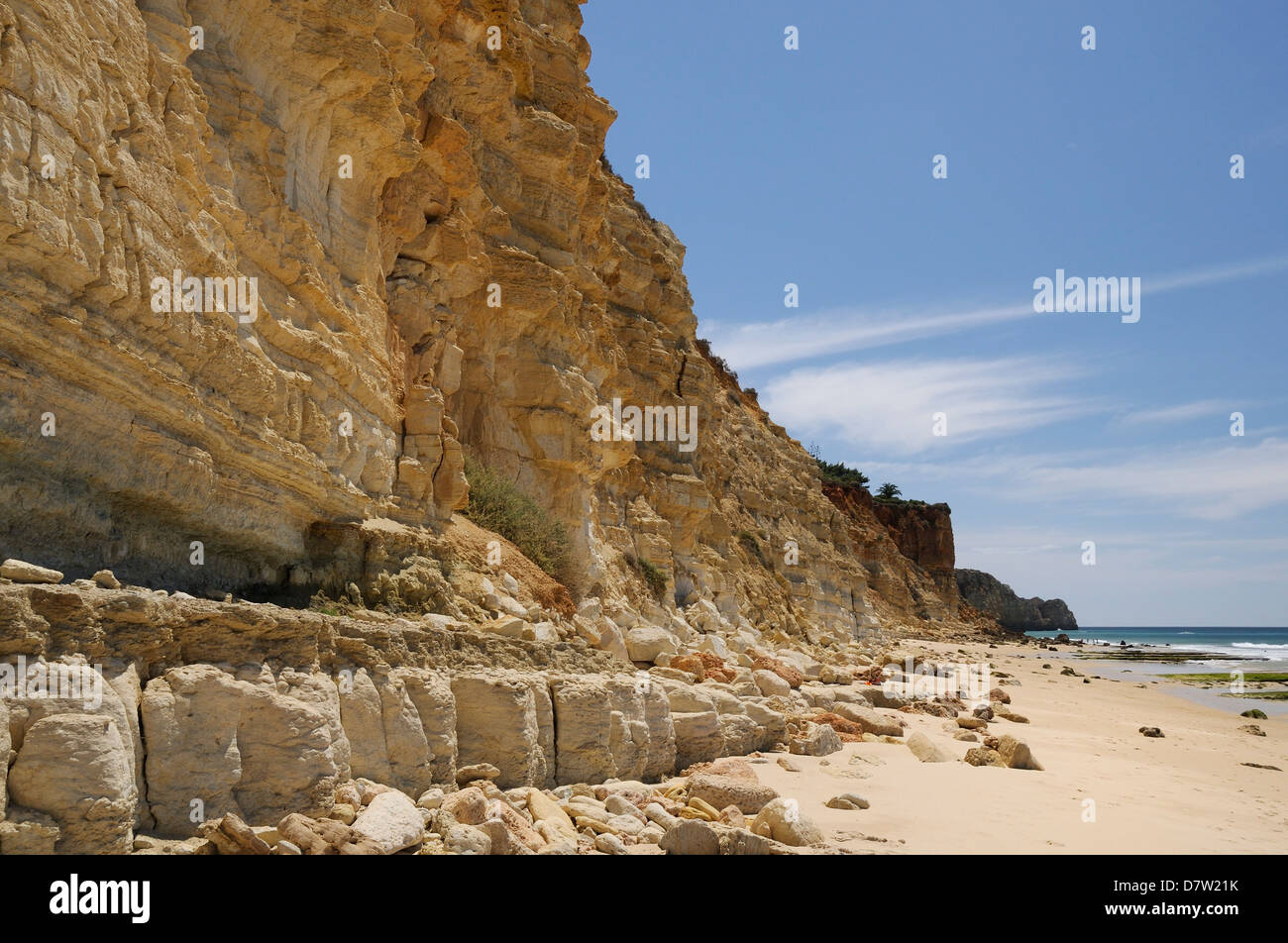 Weathered, layered sandstone cliffs at Praia do Mos, Lagos, Algarve, Portugal - Stock Image