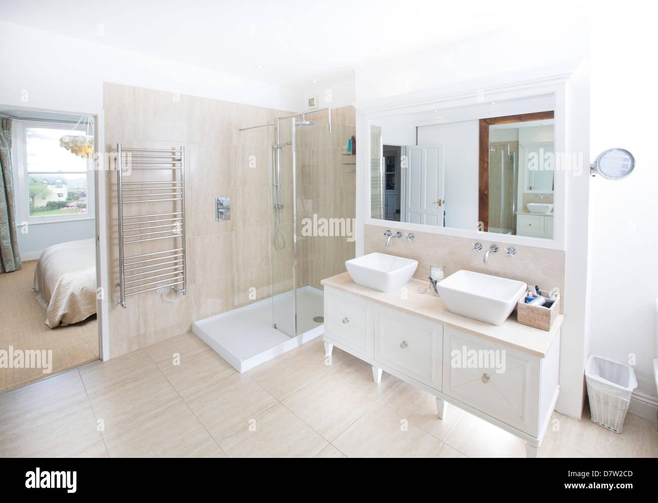 En Suite Bath: A Contemporary En-suite Bathroom Including A Walk-in