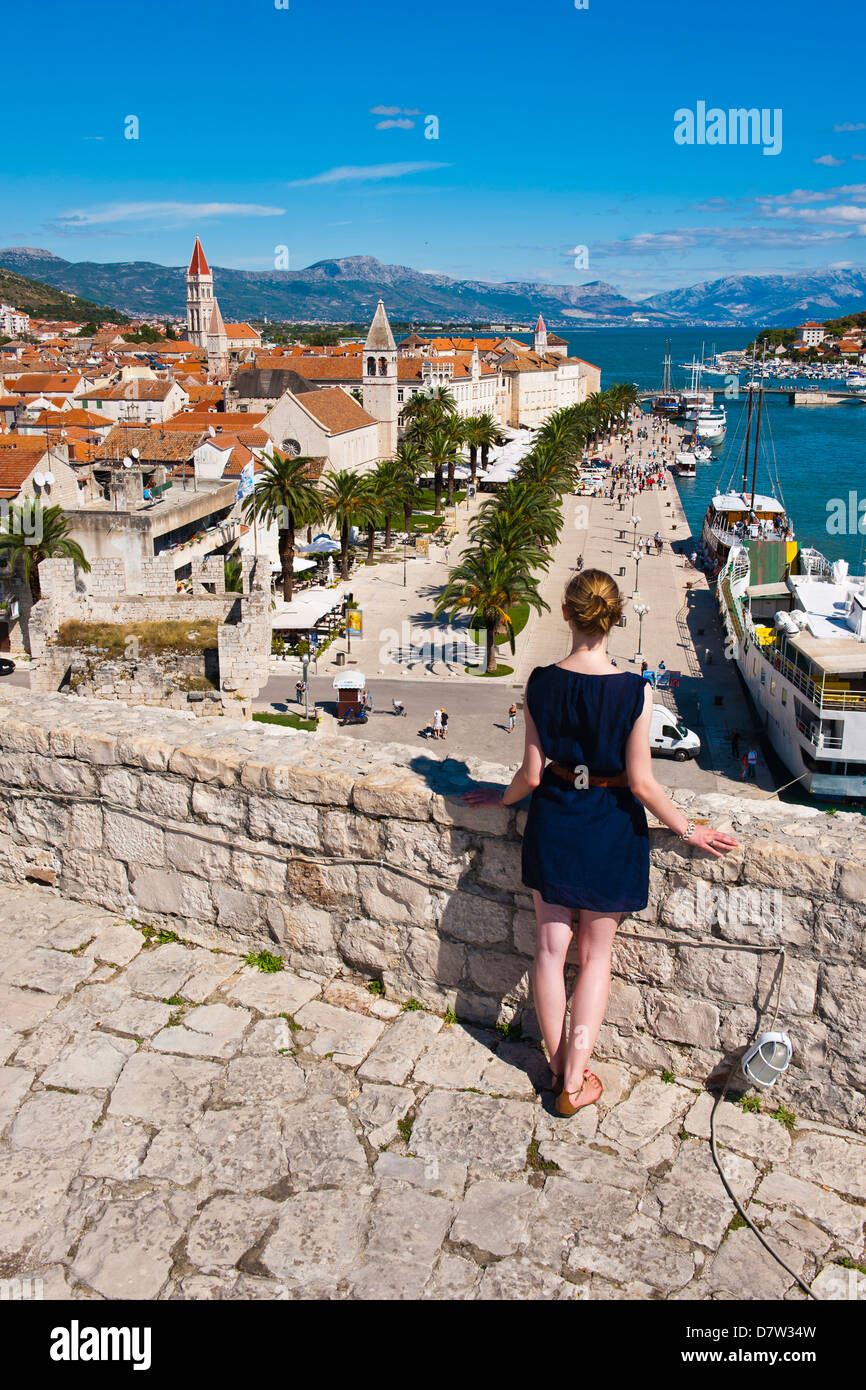Tourist admiring the view from Kamerlengo Fortress over Trogir waterfront, Trogir, UNESCO World Heritage Site, Adriatic, - Stock Image