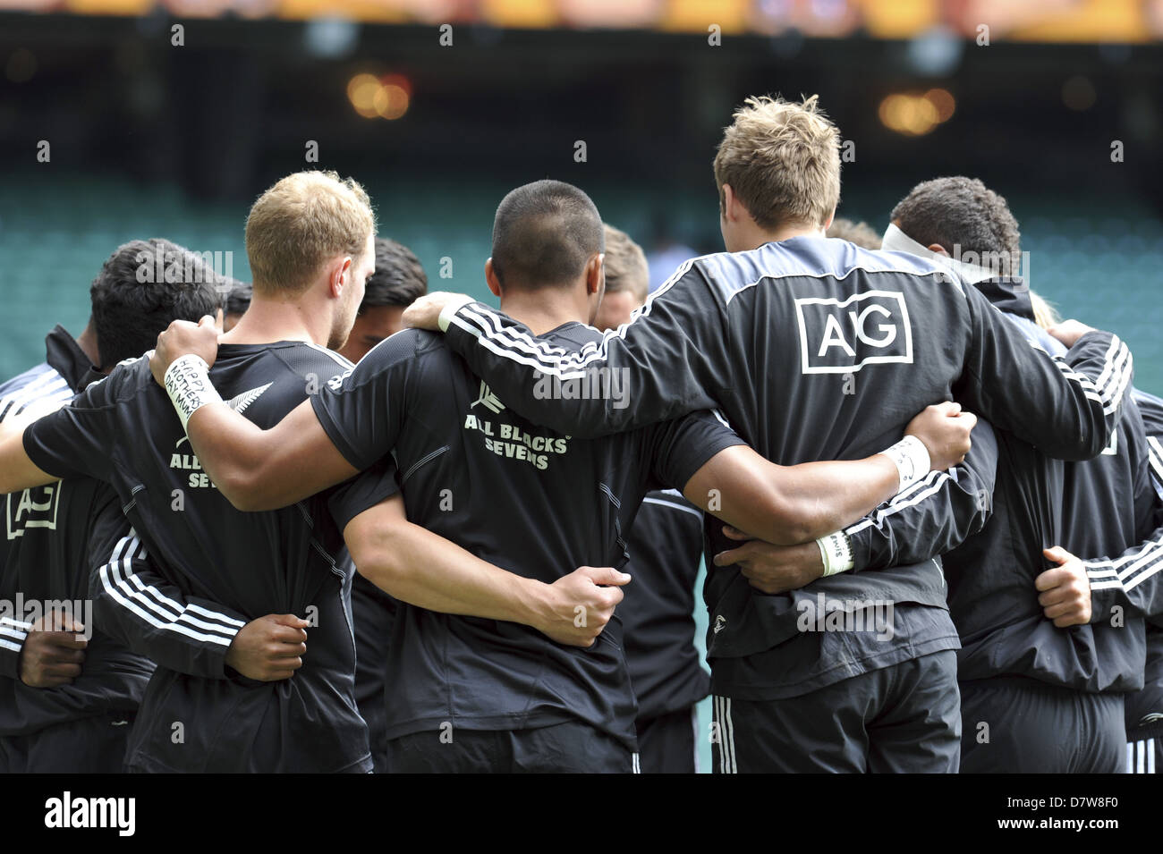 Members of the New Zealand All Blacks Sevens in a team huddle prior to playing in the quarter final of the HSBC - Stock Image