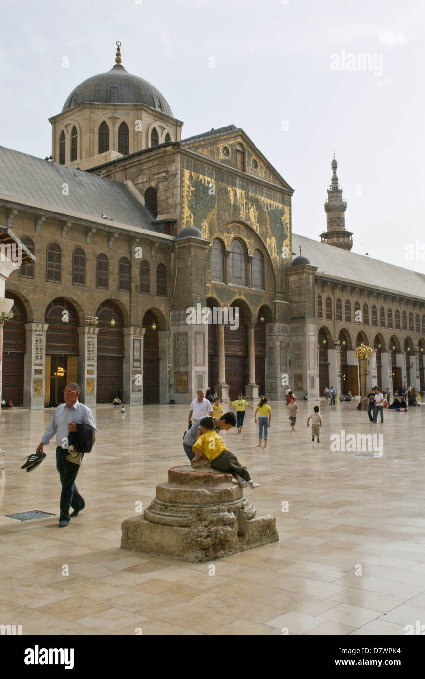 Damascus, Syria. Syrian families in the courtyard of The Great Umayyad Mosque, an early Islamic monument built in - Stock Image