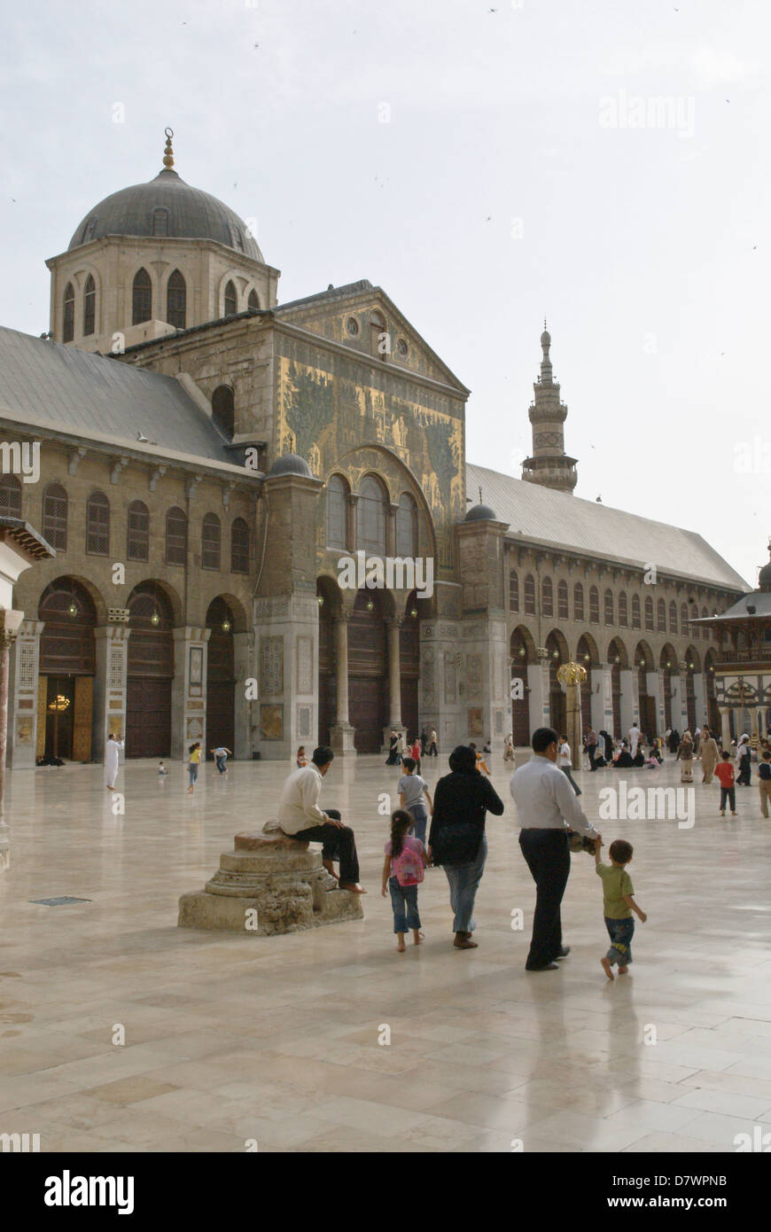 Damascus, Syria. Syrian families in the courtyard of The Great Umayyad Mosque, an early Islamic monument built in Stock Photo