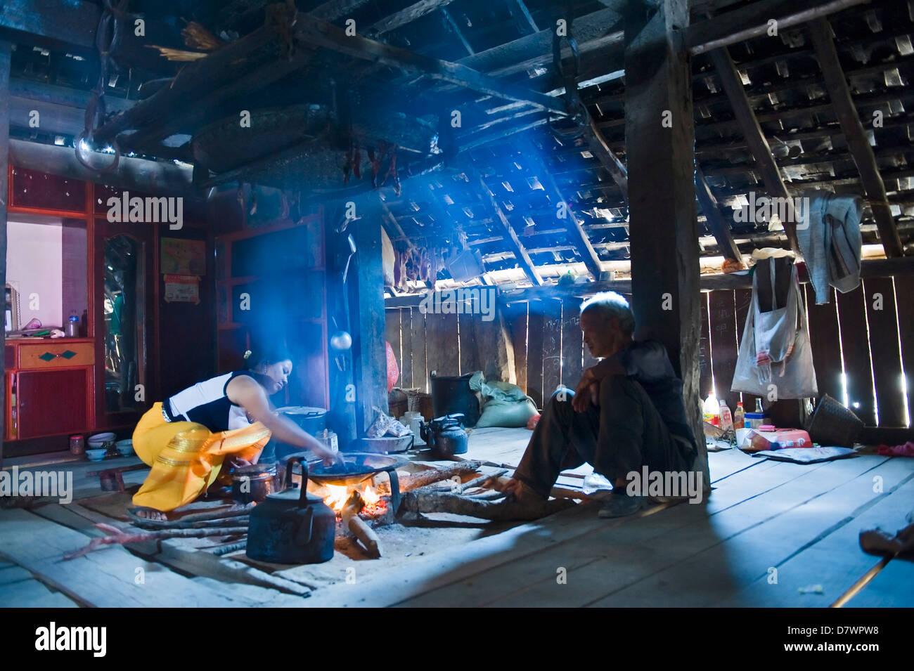 Bulang woman making tea, Wong Ji Bulang village, one of the oldest on Jingmai Mountain, western Xishuangbanna, Yunnan, - Stock Image