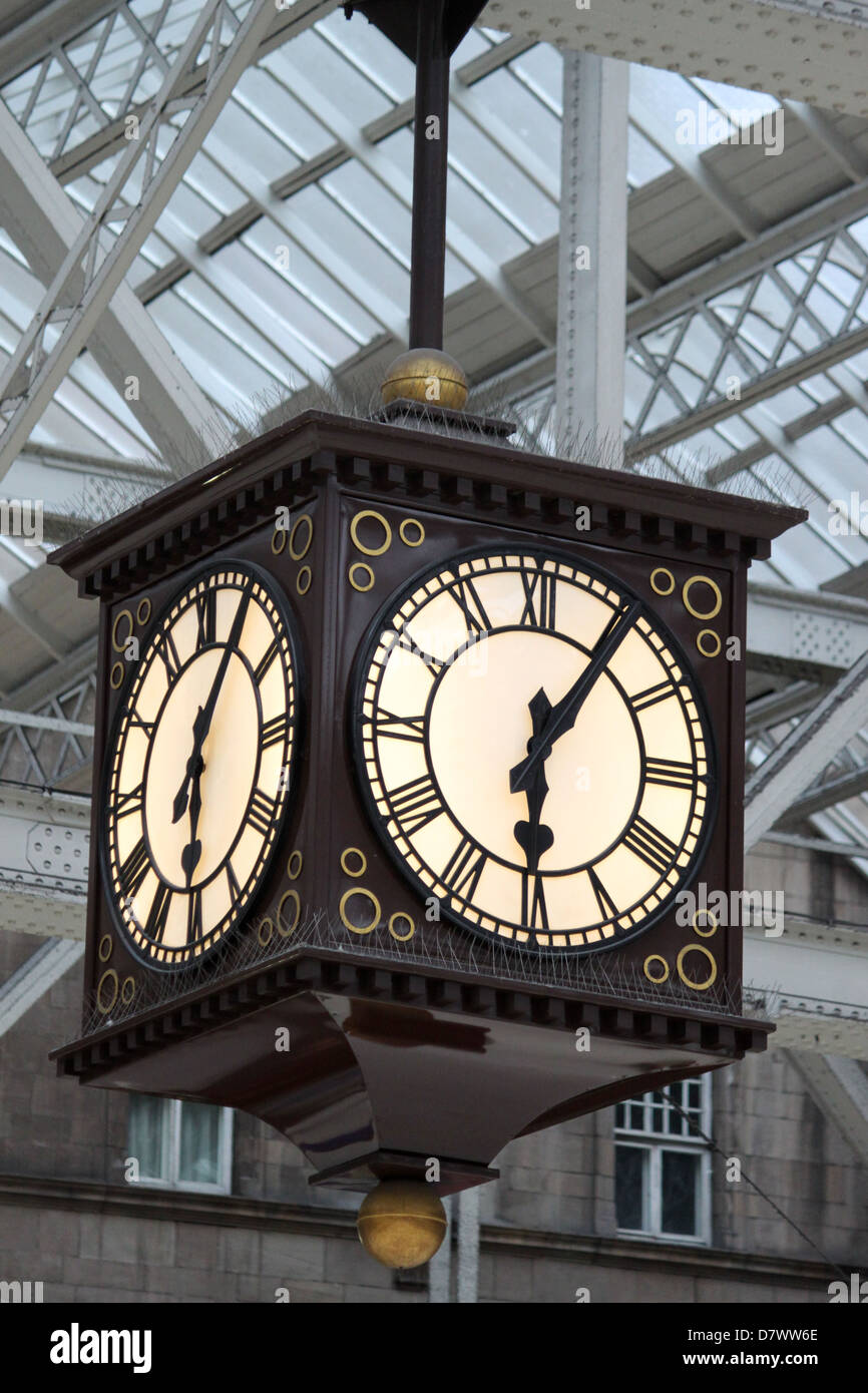 Clock in the main concourse at Glasgow Central railway station, Scotland. - Stock Image