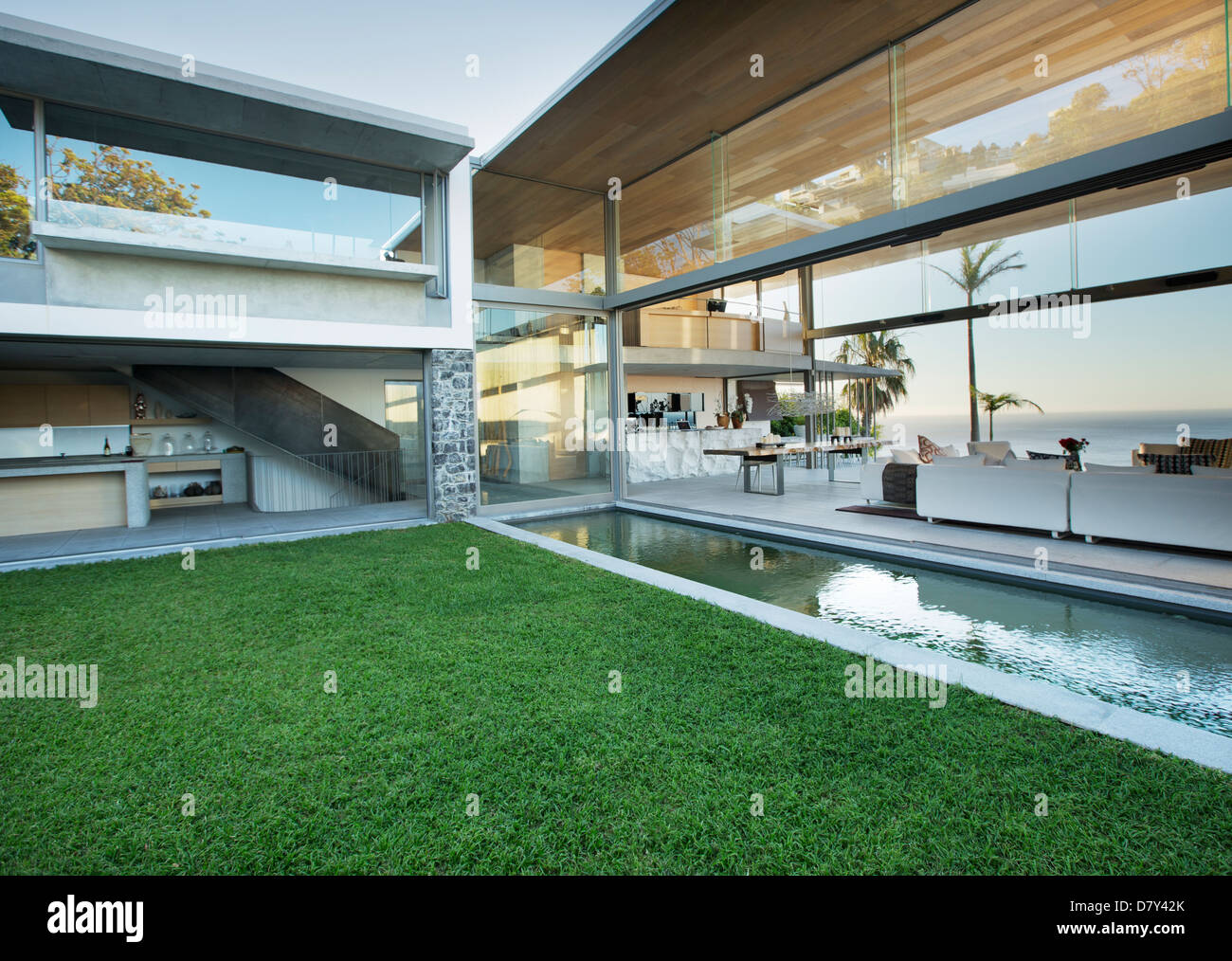 Swimming pool and patio of modern house - Stock Image