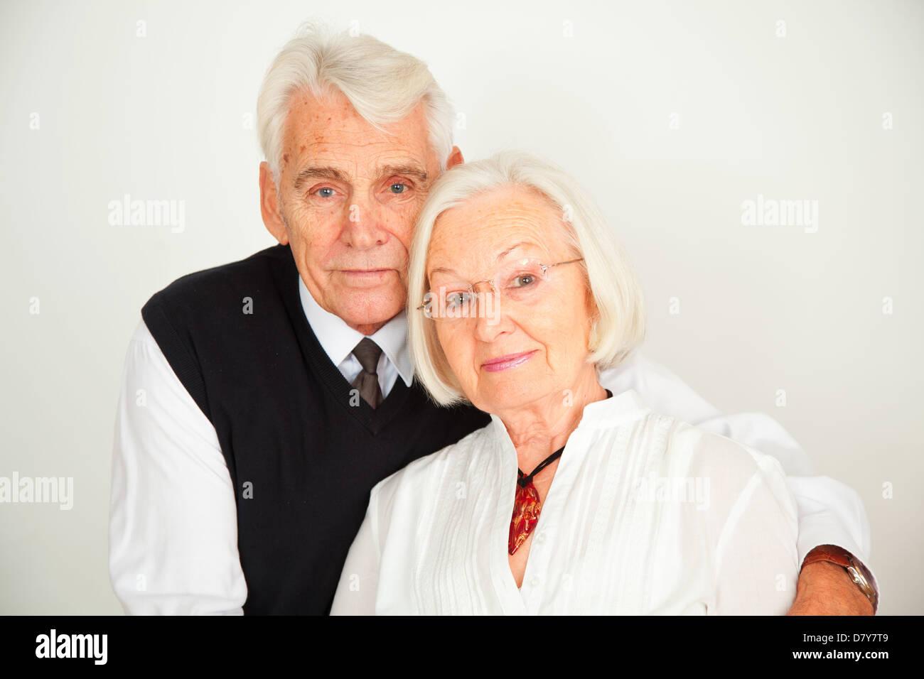 Senioren Paar umarmt sich Stock Photo