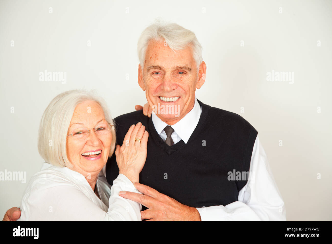 Senioren Paar umarmt sich und lachen Stock Photo