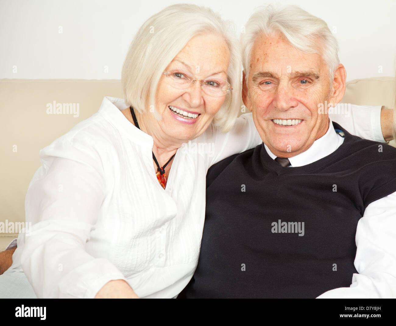 zwei senioren lachen Stock Photo