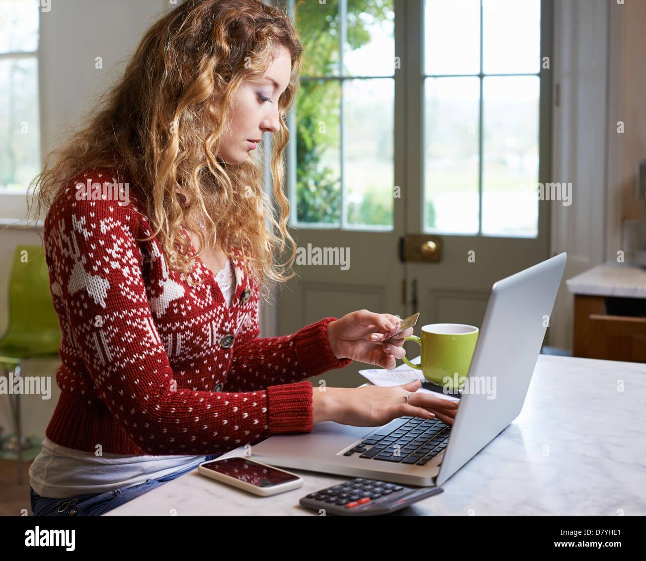 Woman shopping on laptop - Stock Image