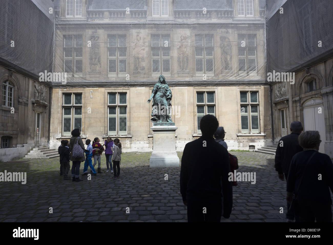 cour d'entrée du musée Carnavalet avec la statue de Louis XIV the front yard of the Carnavalet museum - Stock Image
