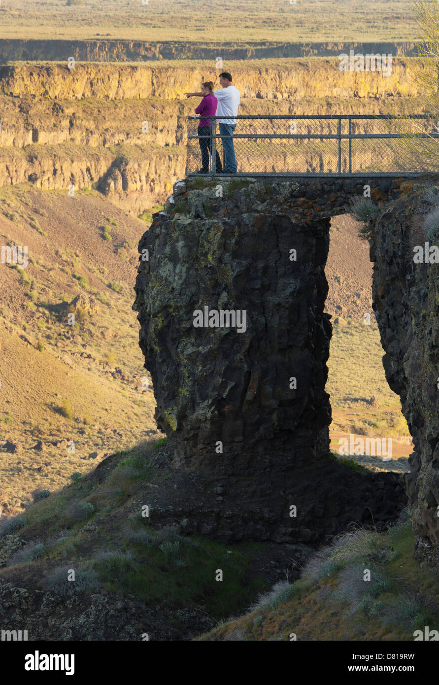 Couple on viewpoint, Dry Falls State Park, Washington State USA - Stock Image