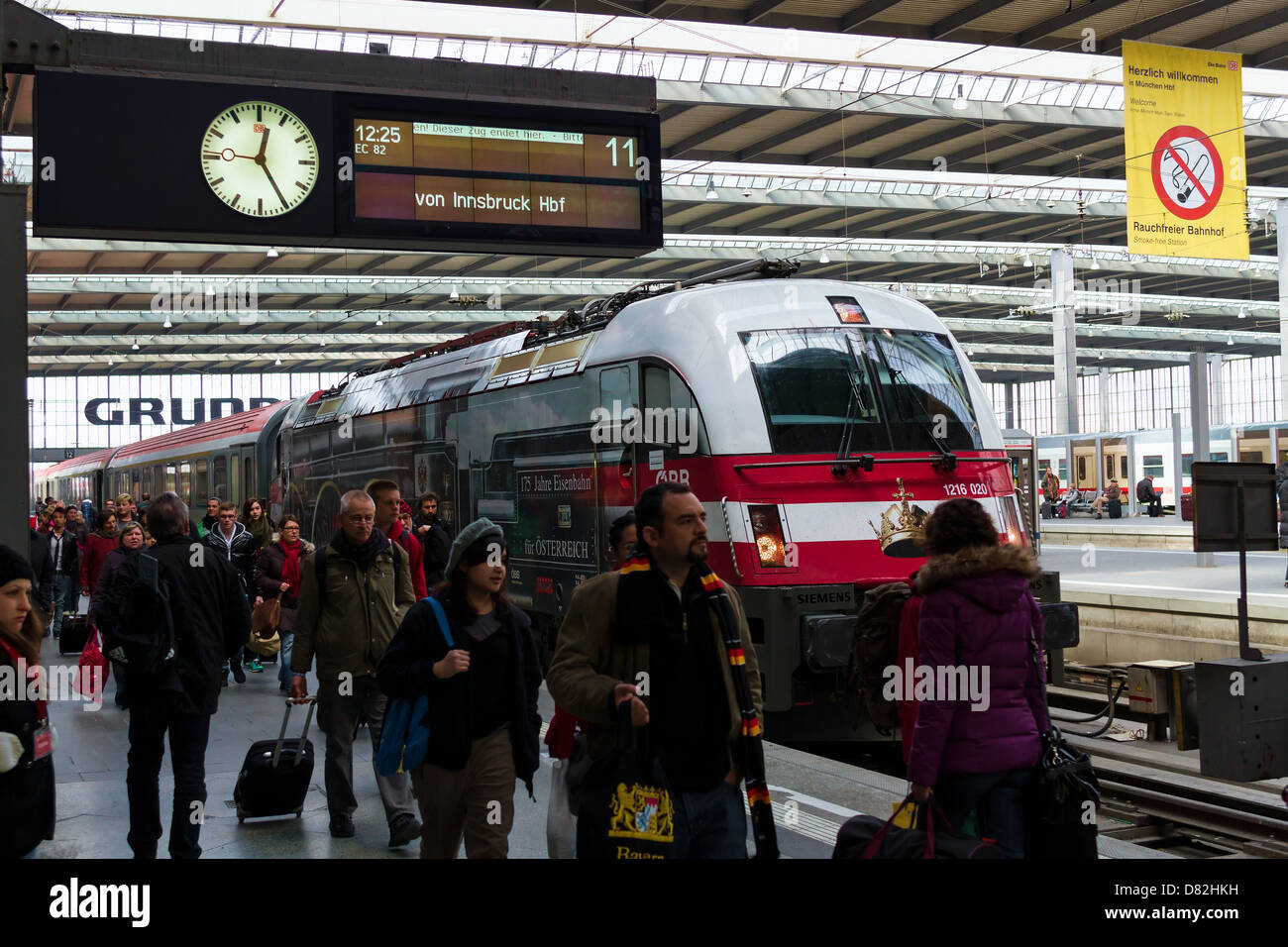 Large amount of people on the train platform at Hauptbahnhof Mainstation, Railway Station, Munich Germany - Stock Image