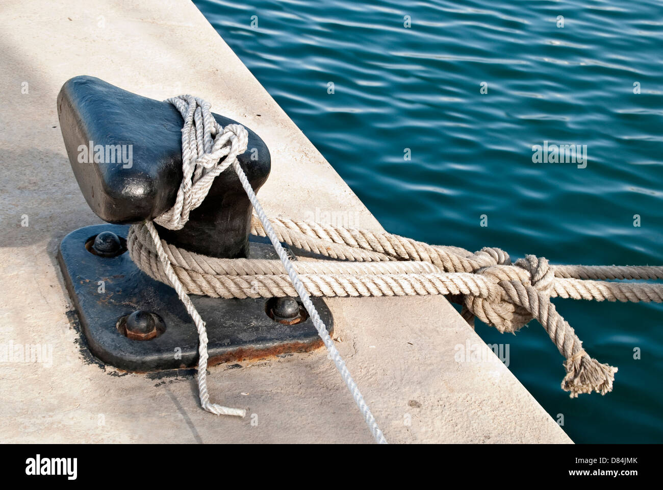 Noray, amarre de barcos – Bitt with knot Stock Photo