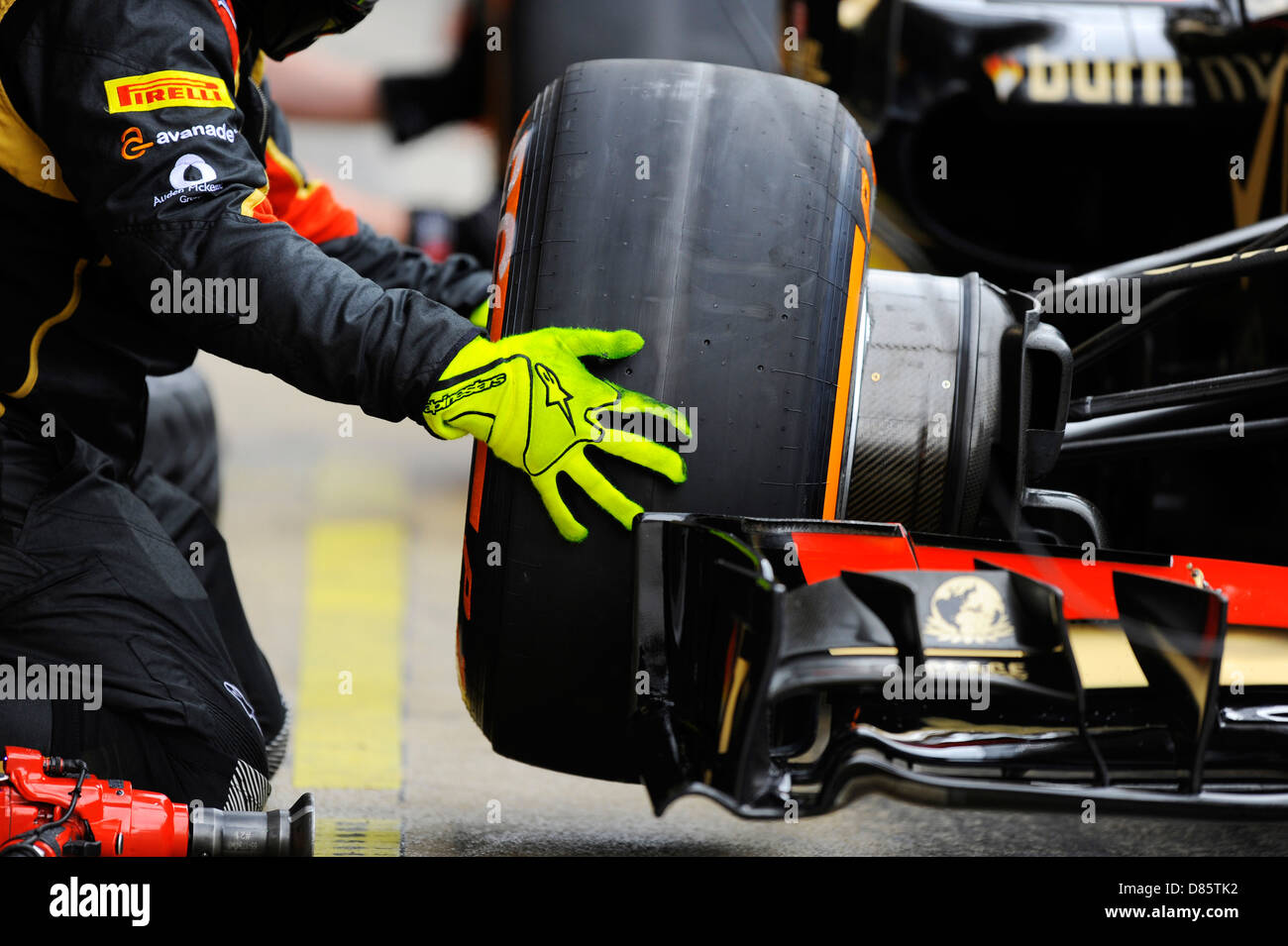 Mechanic changes tire  during the Spanish Formula One Grand Prix Race 2013 - Stock Image