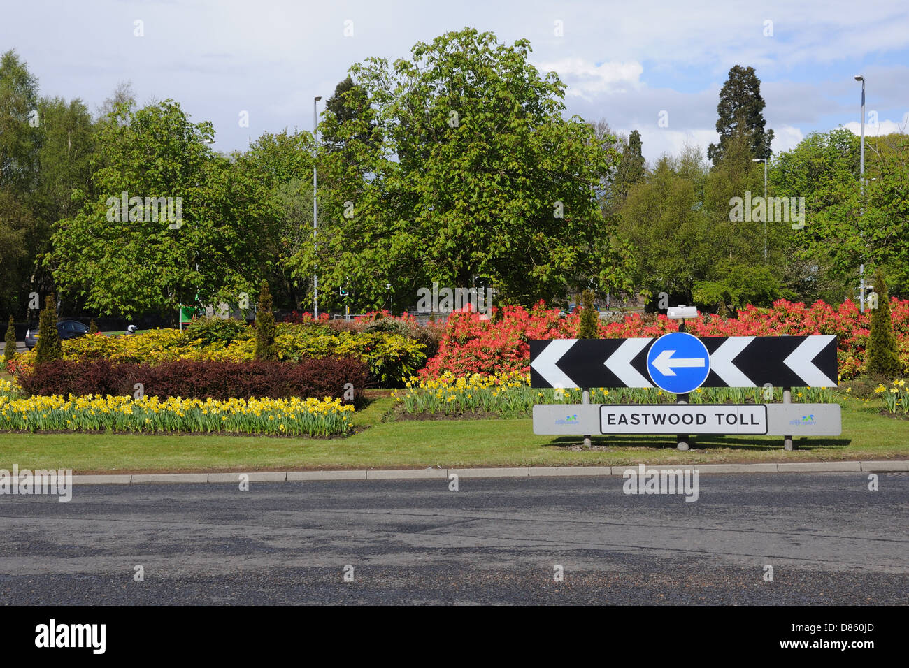 Roundabout in Glasgow with beautiful spring flower colour - Stock Image